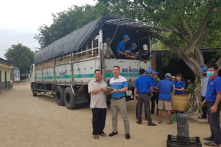 PVOIL helps farmers selling watermelons in Ninh Thuan province